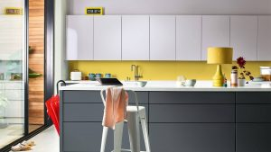 Màu vàng rực rỡ điểm trên nền màu Xanh Ban Mai làm không gian nổi bật, vui nhộn hơn
