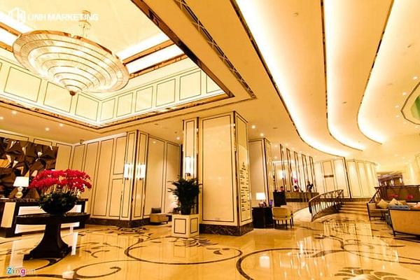 Đèn vàng trong thiết kế nội thất dành cho sảnh khách sạn cổ điển đẹp
